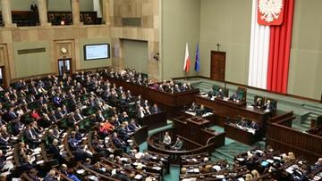 01-03-2017 13:28 Sondaż: PiS z 33 proc. poparciem, PO - z 22 proc., Nowoczesna i Kukiz'15 - po 8 proc.