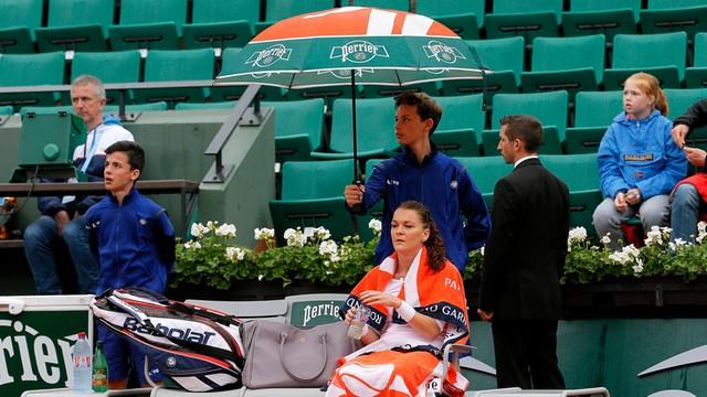 French Open: Radwańska dawno nie przegrała z tak nisko notowaną rywalką - winny deszcz?