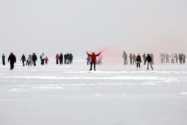 Karuzela na zamarzniętym Balatonie. Węgrzy korzystają z zimy