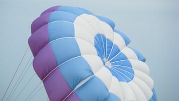 20-08-2017 19:49 Wypadek skoczka spadochronowego w Pile. W ciężkim stanie jest w szpitalu