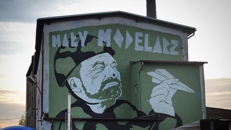 """""""Mały Modelarz"""". Podobizna Macierewicza na gdańskim muralu"""