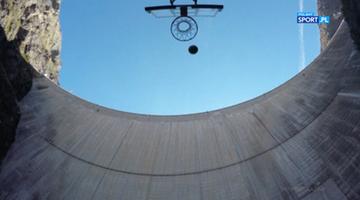 2016-11-24 Trafił do kosza ze... 181 metrów! Niesamowity wyczyn Australijczyka (WIDEO)