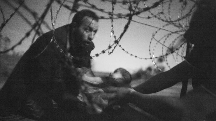 Fotografia uchodźcy przekazującego dziecko wygrała konkurs World Press Photo