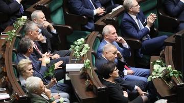 """Białe róże i okrzyki """"konstytucja, konstytucja"""". Symboliczny protest opozycji w czasie orędzia prezydenta"""