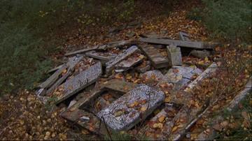 Nagrobne płyty i krzyże na dzikiej łące Iławie. Właściciel chce nimi utwardzić drogę do działki