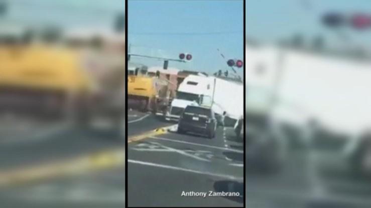 Pociąg towarowy uderzył w ciężarówkę. Kierowca uciekł w ostatniej chwili
