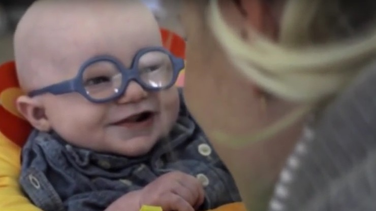 Nie wiedział jak wygląda jego mama. Dzięki okularom zobaczył ją po raz pierwszy