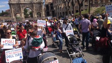 14-05-2017 17:29 Setki dziecięcych wózków pod Koloseum, wszystkie puste. Mają przypominać o kryzysie demograficznym