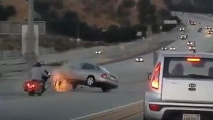Motocyklista kopnął w auto, kierowca nie pozostał dłużny. Skończyło się na groźnym wypadku