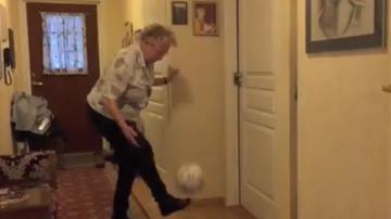 2015-11-24 90-letnia kobieta żongluje piłką. Przypomina mi się dzieciństwo (WIDEO)