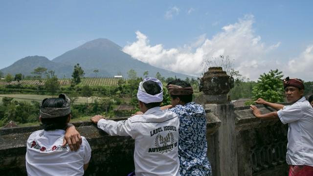 Wulkan na Bali wciąż grozi wybuchem. Uciekło już ponad 120 tysięcy ludzi