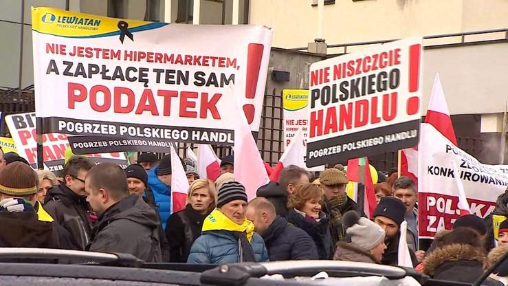 Protest handlowców przed Sejmem. Minister: być może wycofamy się z opodatkowania sobót