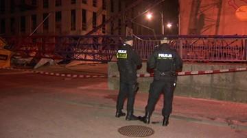 Dźwig runął w centrum Łodzi na zaparkowane auta. Jedna osoba poszkodowana