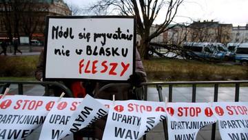 """18-03-2017 20:02 Kaczyński przyjechał na Wawel. Okrzyki: """"nie"""" dla PiS-u na Wawelu"""
