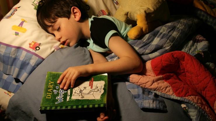 Naukowcy: dzieci trzeba zmuszać, żeby się wysypiały. Senność należy wywoływać regularnie