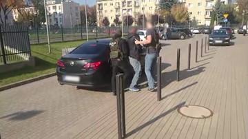 Kradli samochody w Hiszpanii i fałszowali dokumenty. Auta sprzedawali w komisach