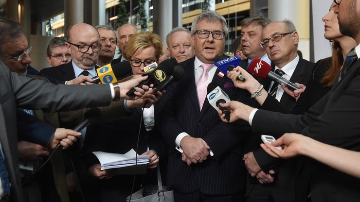 """""""Absurdalna, szkodliwa, nierzetelna i przeciwskuteczna"""" - europarlamentarzyści PiS o rezolucji ws. Polski"""