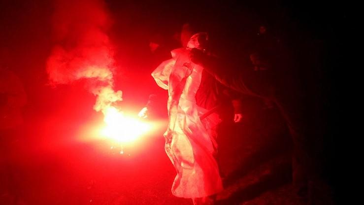 Przepychanki na Jasnej Górze. Kibice zaatakowali demonstrantów i podpalili ich transparenty