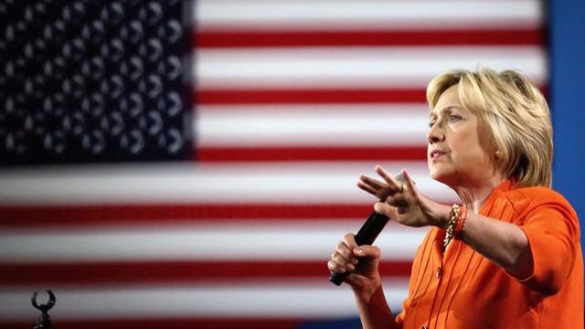 Clinton: Trump prowadzi kampanię odwołując się do rasizmu