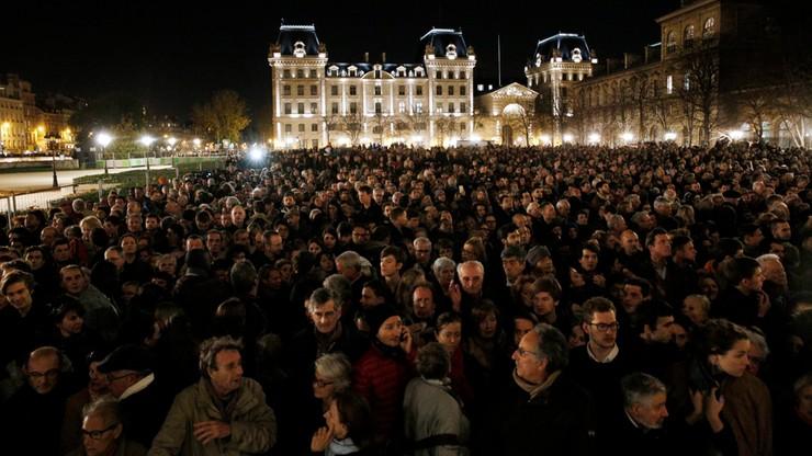 Dzwony katedry Notre Dame pożegnały ofiary zamachów w Paryżu
