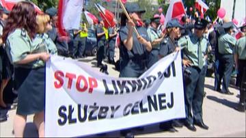 08-06-2016 15:49 Protest celników przeciw włączeniu ich służby do Krajowej Administracji Skarbowej