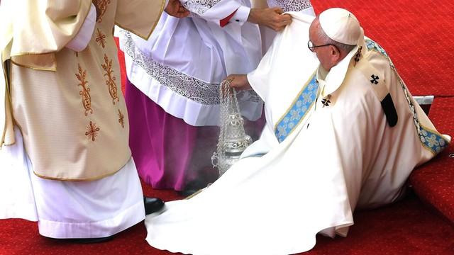 Papież na Jasnej Górze - upadek podczas mszy, słowa o pozytywnym promieniowaniu Ewangelii
