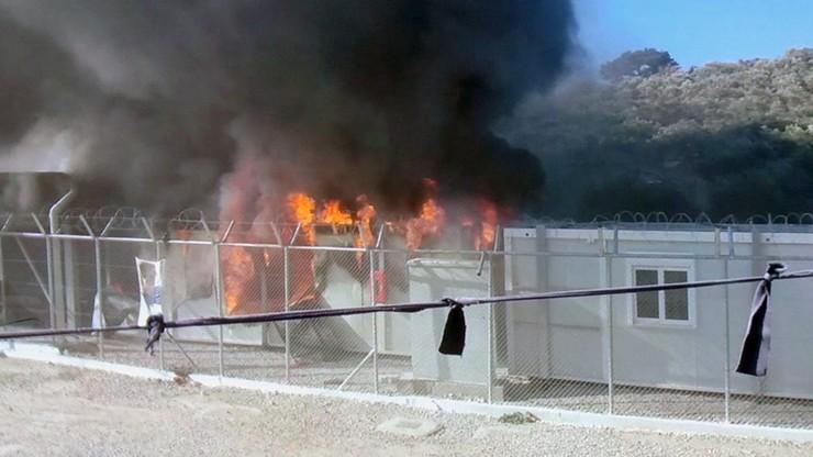 Uchodźcy podpalili kontenery służb azylowych na Lesbos
