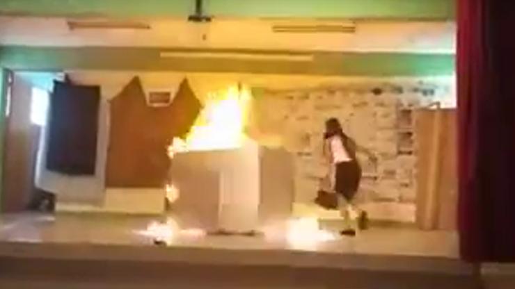 """Podpalili karton w trakcie szkolnego przedstawienia, żeby było """"realistycznie"""". 2 uczennice w szpitalu [WIDEO]"""