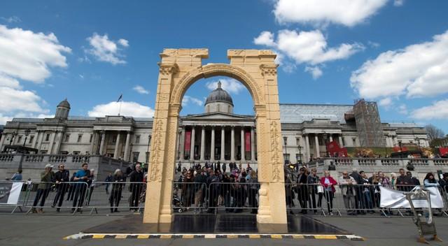 Replika łuku triumfalnego z syryjskiej Palmiry na Trafalgar Square. Oryginał zniszczyli terroryści z ISIS