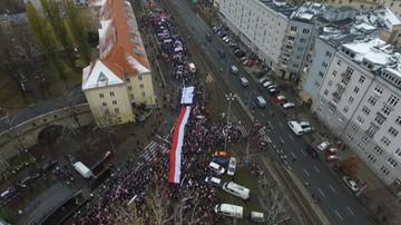"""11-11-2016 14:42 """"Polska jest wszędzie tam, gdzie dziś świętują Polacy"""". Marsz """"KOD Niepodległości"""""""