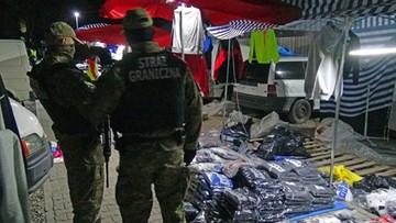 """03-10-2017 07:00 Handlowali """"podróbkami"""" w Wólce Kosowskiej. Zatrzymano 11 osób, głównie cudzoziemców"""