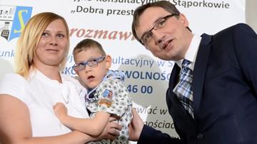 """06-06-2016 14:07 Ziobro przekazał środki z """"500+"""" dla chłopca ze Świętokrzyskiego"""