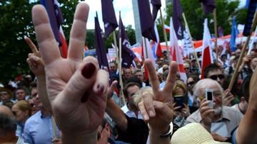 """16-07-2017 16:52 """"Nie jesteś Janukowyczem, nie masz dokąd uciec"""". Lider KOD do Kaczyńskiego podczas protestu przed Sejmem"""