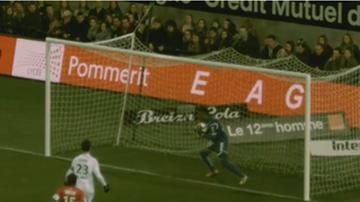 2015-12-06 Kuriozalny gol. Dośrodkowanie przytłoczyło bramkarza (WIDEO)