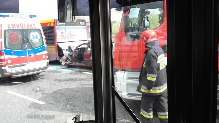 2017-04-13 Wypadek w Warszawie. Lanos wbił się w autobus. Kierowca uwięziony