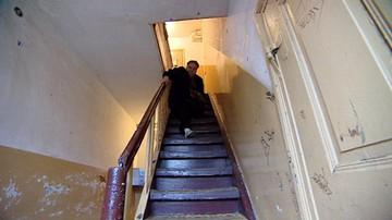 22-04-2016 21:54 Musiała wczołgiwać się do mieszkania. Pomógł reportaż Polsatu