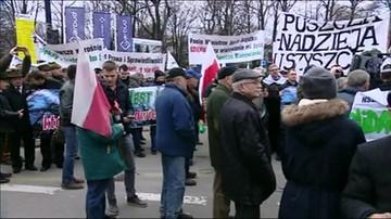 Leśnicy przed Sejmem wyrażają poparcie dla ministra Szyszki