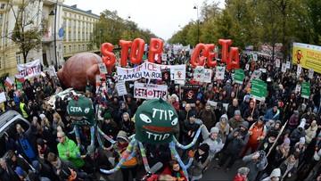 15-10-2016 15:45 Gigantyczny kurczak przed Kancelarią Premiera. Protest przeciw umowom CETA i TTIP