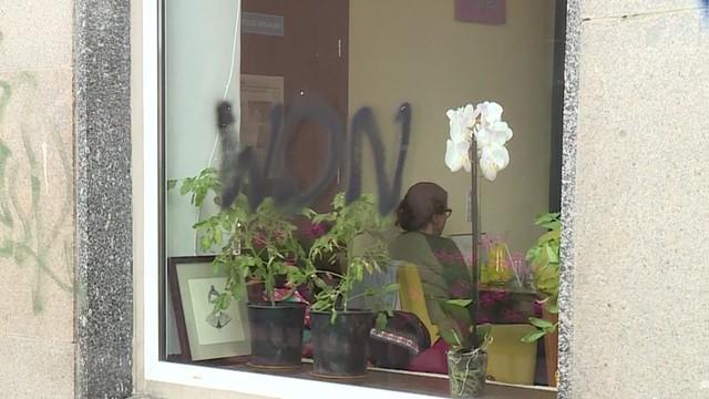 Won na oknie kawiarni - pracują tam osoby z autyzmem