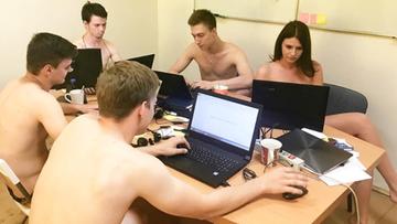 Na rozkaz prezydenta rozbierają się i pracują. Internet bronią białoruskiej opozycji