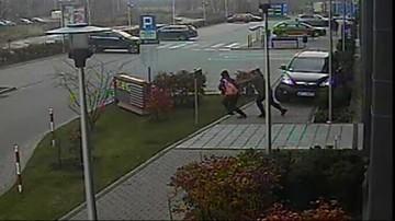 Auto wjeżdża na chodnik i taranuje dwie kobiety. Za kierownicą 92-latek