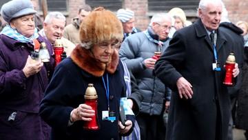 """27-01-2016 09:41 """"Bogu dziękuję, że przeżyłam"""". Byli więźniowie Auschwitz złożyli kwiaty pod Ścianą Straceń"""