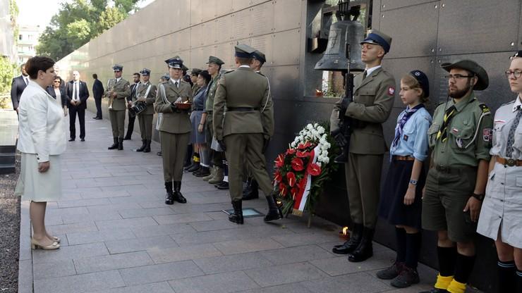 """Premier złożyła kwiaty pod dzwonem """"Montera"""" i tablicą upamiętniającą Lecha Kaczyńskiego"""