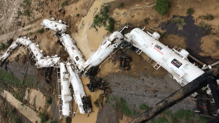Australia: z wykolejonego pociągu mogło wyciec 30 tys. litrów kwasu siarkowego