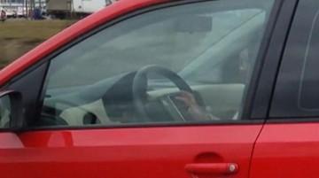 30-04-2017 19:40 Zrobił selfie prowadząc auto. Policja namierzyła go na Twitterze