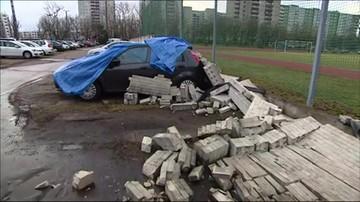 Zawalił się mur, niszcząc 21 aut. Po burzy w stolicy