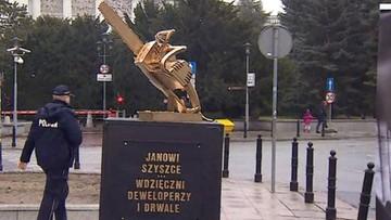 Złota piła przed Sejmem. Zandberg wystawił pomnik ministrowi Szyszce