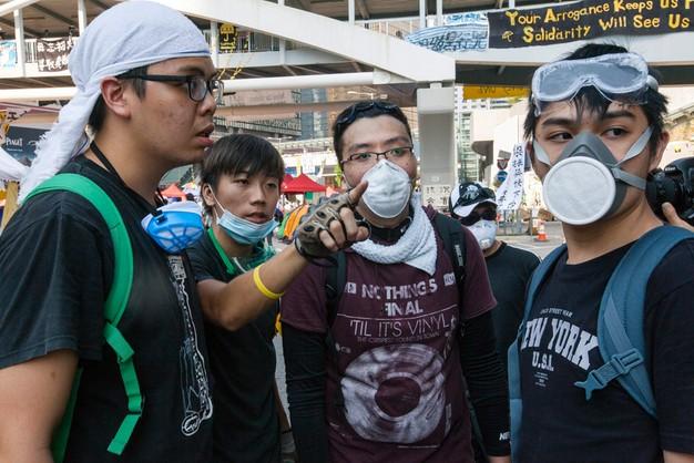 Starcia w Hongkongu. Zamaskowani mężczyźni zaatakowali demonstrantów