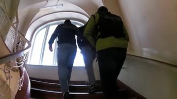 Policyjne wideo: podejrzany o zabójstwo doprowadzony na przesłuchanie