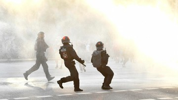 07-07-2017 21:02 Starcia policjantów z przeciwnikami szczytu G20. Funkcjonariusz oddał ostrzegawczy strzał